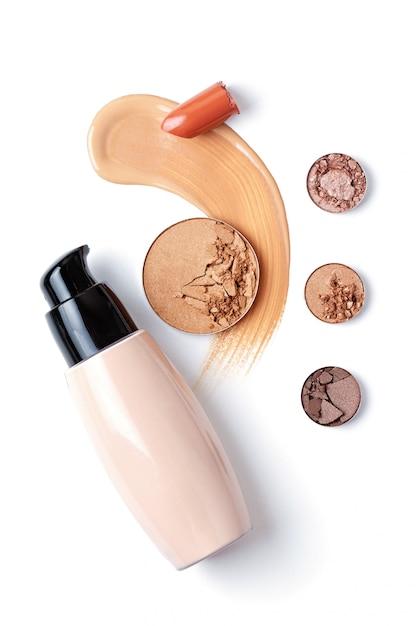 Lidschatten, foundation, lippenstift und gesichtspuder. visagistin, schönheitssalon, beauty-blog Premium Fotos