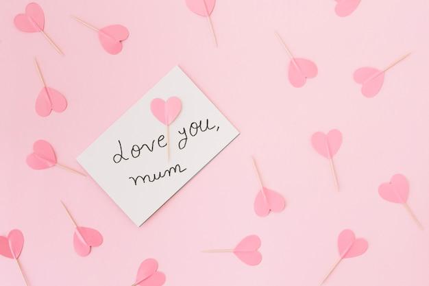Liebe dich mama inschrift mit papierherzen Kostenlose Fotos