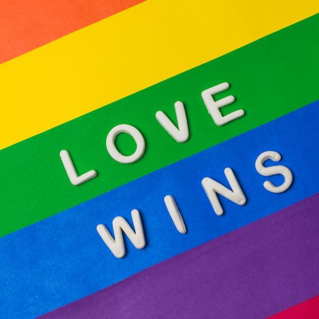 Liebe gewinnt wörter auf heller lgbt-flagge Kostenlose Fotos