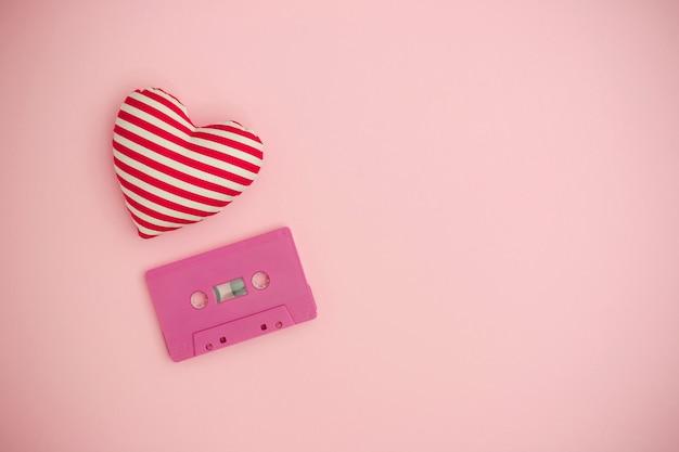 Liebe musikkonzept. valentinstaghintergrund mit tonbandkassette und einem roten herzen. Premium Fotos