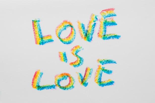Liebesbotschaft über die liebe in lgbt-farbigen buchstaben Kostenlose Fotos