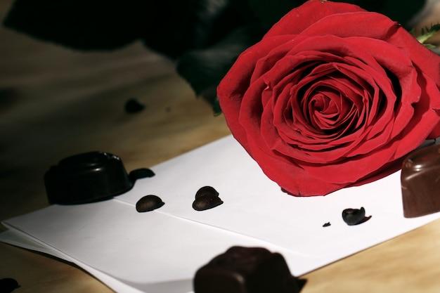 Liebesbrief und rote rose Kostenlose Fotos