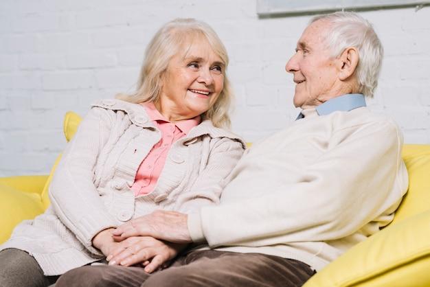 Liebeskonzept mit älteren paaren Kostenlose Fotos