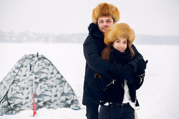 Liebespaar in einem winter clother auf eis stehen Kostenlose Fotos