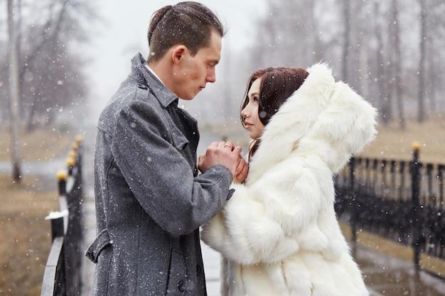 Liebespaar umarmt und küsst sich im herbst Premium Fotos