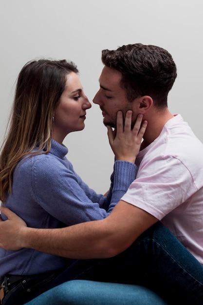 Liebespaar umarmt und küsst Kostenlose Fotos