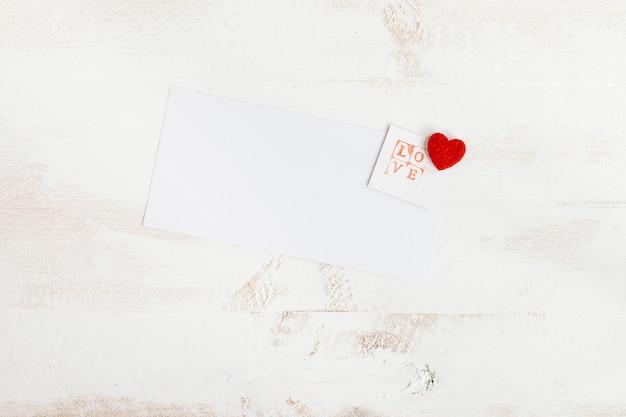 Liebesstempel mit weißem papier für nachricht Kostenlose Fotos