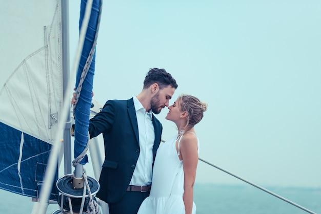 Liebesszene von liebhabern auf einer luxusyacht, einem ehemann und einer frau Premium Fotos