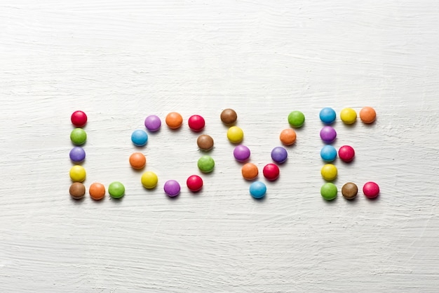 Liebeswort mit süßigkeiten Premium Fotos