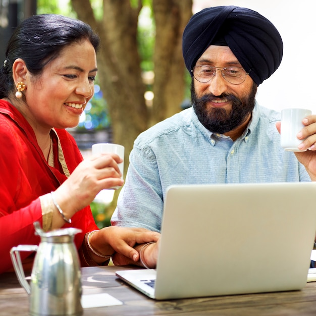 Liebevolle ältere indische paare Premium Fotos
