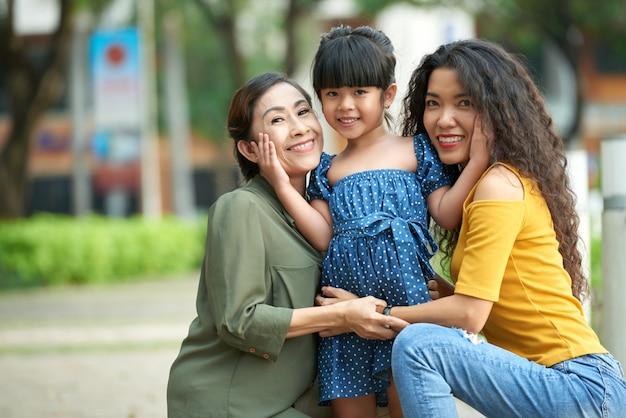 Liebevolle familie posiert für fotografie Kostenlose Fotos