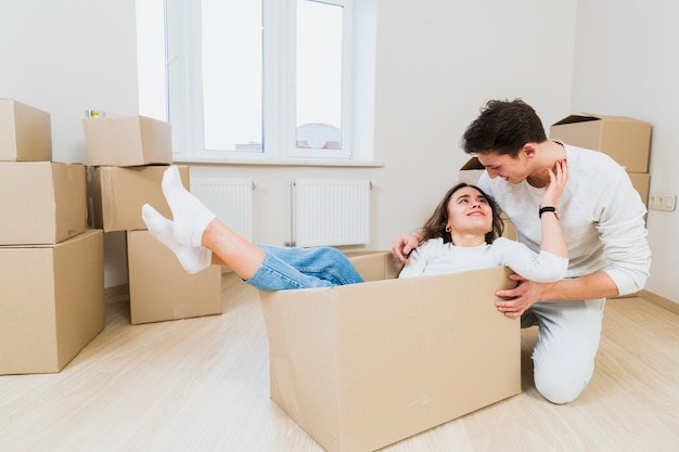 Liebevolle junge hausbesitzer, die umzug in neues zuhause genießen Kostenlose Fotos