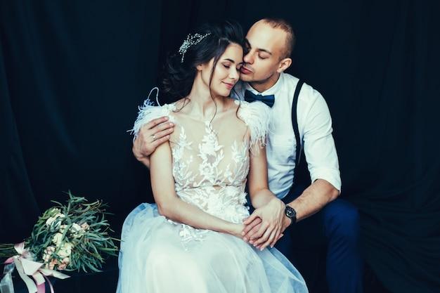 Liebevolle junge paar umarmt Premium Fotos