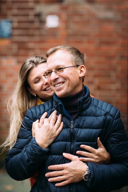 Liebevolle paare von den touristen, die um alte stadt gehen. ferien, herbst, feiertag, tourismus: konzept. Premium Fotos