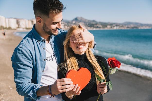 Liebevoller mann, der überraschung für freundin tut