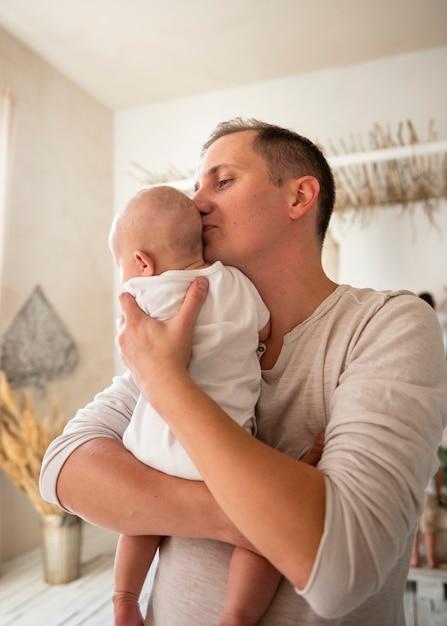 Liebevoller vati mit neugeborenem zuhause Kostenlose Fotos