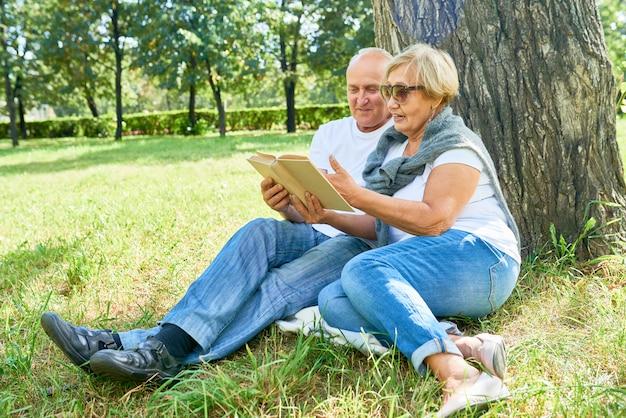 Liebevolles älteres paar im park Premium Fotos