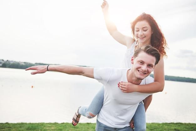 Liebevolles lustiges verspieltes glückliches paar am strand. Kostenlose Fotos