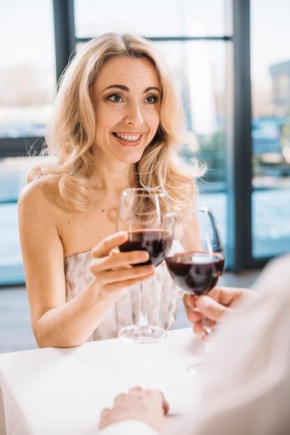 Liebhaber, die zusammen wein trinken Kostenlose Fotos