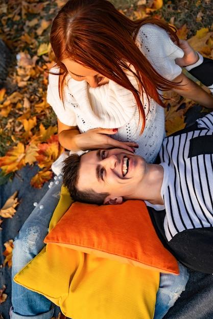 Liebhaber mann und frau im park im herbst Premium Fotos