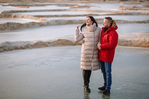 Liebhaber von daunenjacken laufen auf dem eis von sandgruben Premium Fotos
