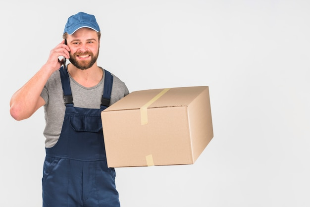 Lieferer mit kasten telefonisch sprechend Kostenlose Fotos