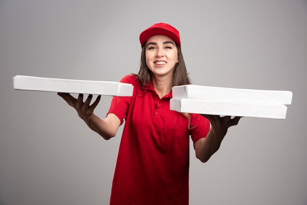 Lieferfrau verschenkt von pizzabestellungen. Kostenlose Fotos