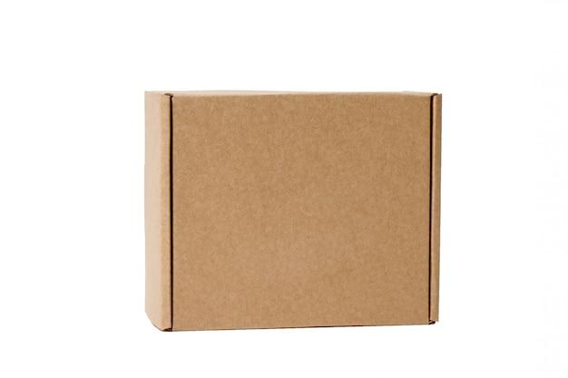 Lieferung. pappschachtel lokalisiert auf weiß. Premium Fotos
