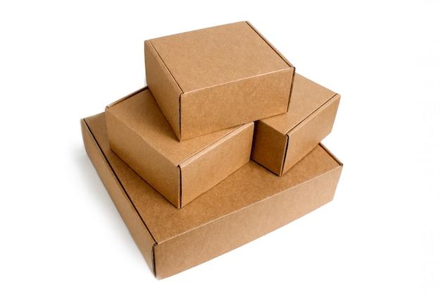 Lieferung. stapel der gestapelten pappschachteln getrennt auf weiß. Premium Fotos