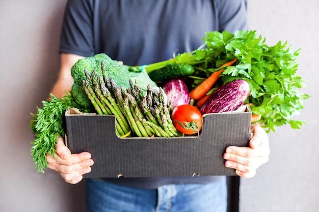 Lieferung von frischem bio-gemüse und gemüse Premium Fotos