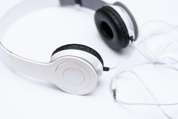 Liegen weiße kopfhörer Premium Fotos