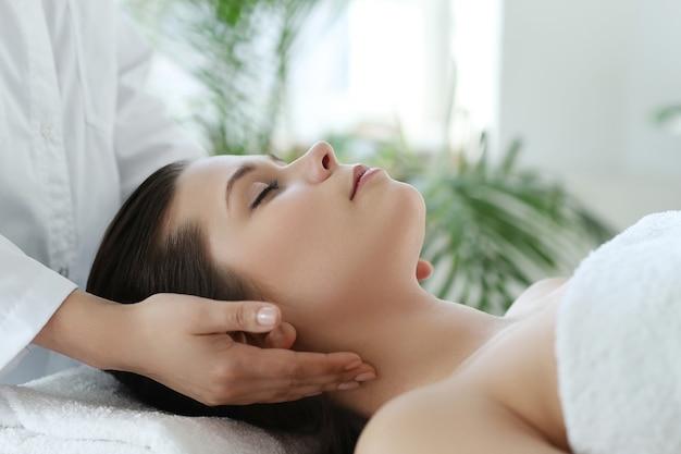 Liegende frau, die eine massage erhält. craniosacral-therapie Kostenlose Fotos
