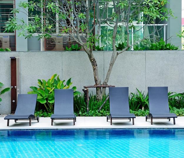 Liegestühle side swimming pool Premium Fotos