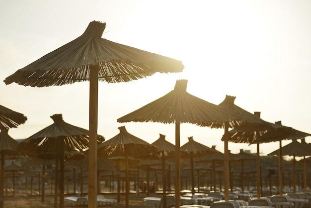 Liegestuhl mit sonnenschirm strand  Liegestühle und mit Sonnenschirm am Strand   Download der Premium Fotos
