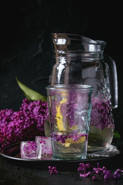 Lila wasser mit zitrone Premium Fotos