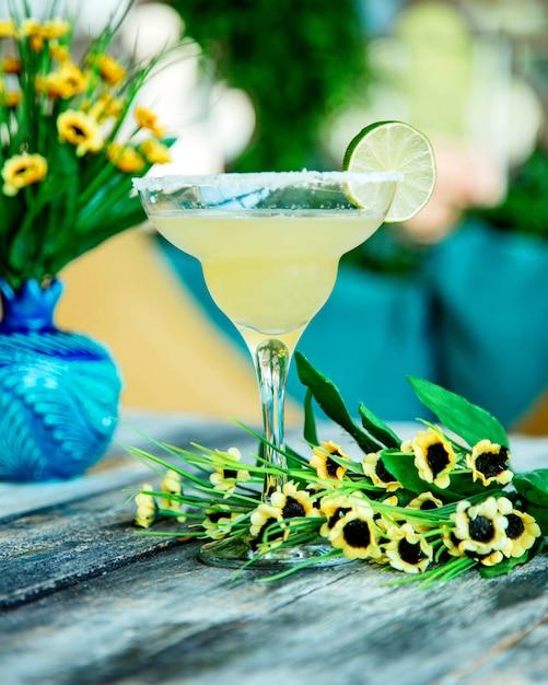 Limettencocktail garniert mit limettenscheibe im glas mit zuckerstreuseln dekoriert Kostenlose Fotos