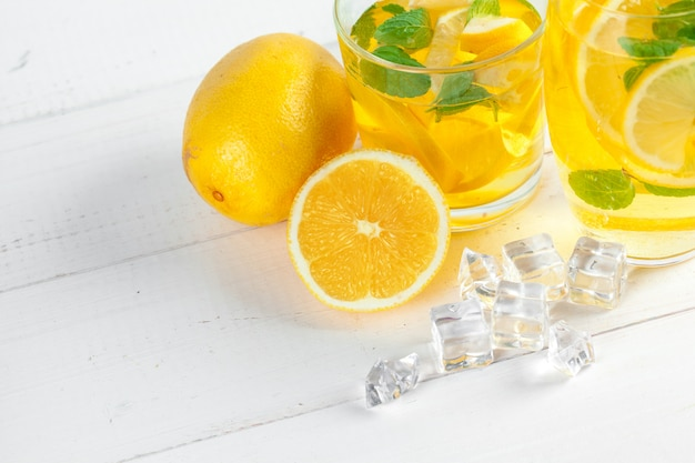 Limonade, drink mit frischen zitronen. Premium Fotos