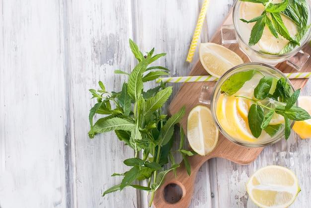 Limonade im glas mit eis und minze Premium Fotos