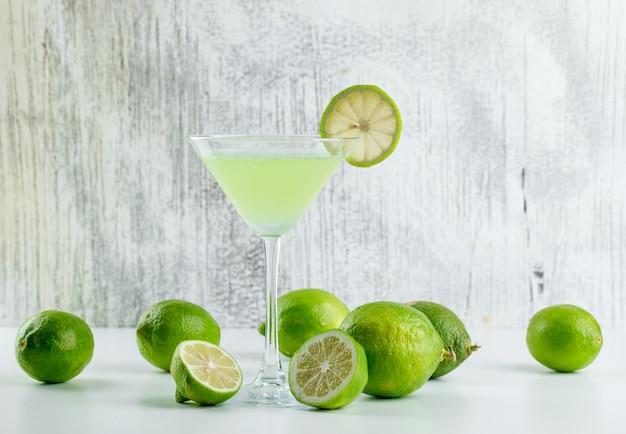 Limonade mit zitronen in einem glas auf weiß und grungy, Kostenlose Fotos