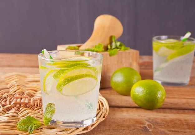 Limonaden- oder mojito-cocktail mit zitrone und minze, kaltem erfrischungsgetränk oder getränk Premium Fotos