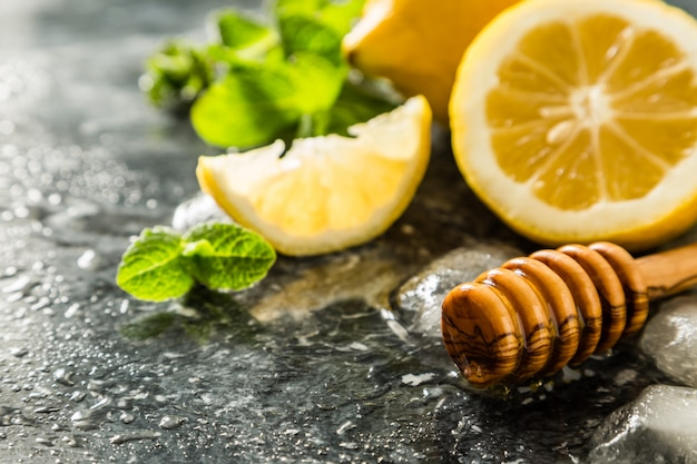 Limonadenbestandteile auf marmorhintergrund Premium Fotos
