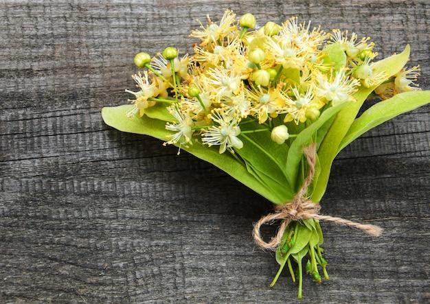 Lindenblumen auf dem tisch Premium Fotos