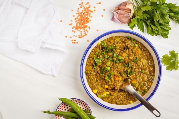 Linsencurry, indische küche, tarka dal, weißer hintergrund, draufsicht. veganes essen. Premium Fotos