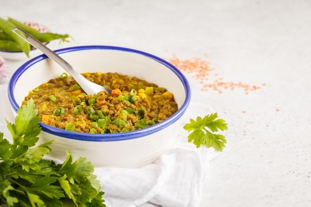 Linsencurry, indische küche, tarka dal, weißer hintergrund. veganes essen. Premium Fotos