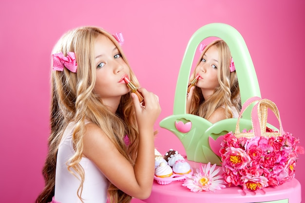 Lippenstiftverfassungsrosa-eitelkeit der kindmodepuppe kleines mädchen Premium Fotos