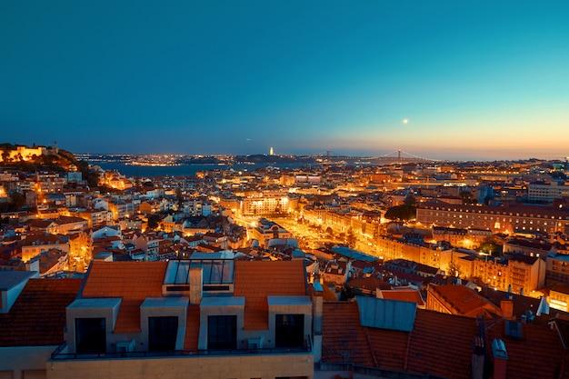 Lissabon beleuchtete stadt bei sonnenuntergang Premium Fotos