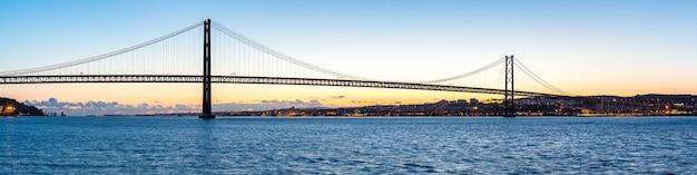 Lissabon-brücke in der abenddämmerung Premium Fotos