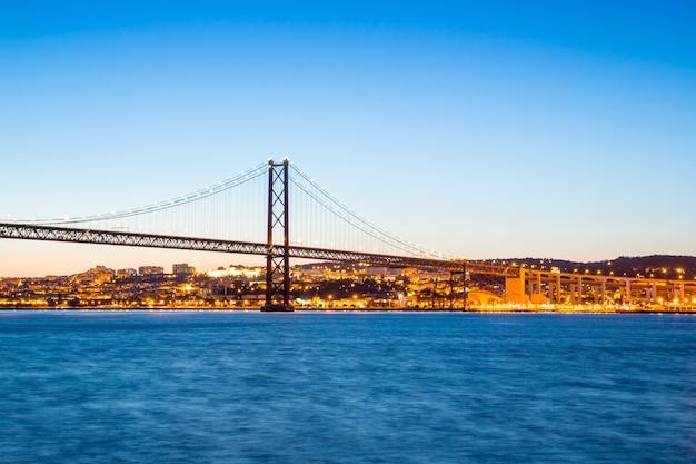 Lissabon brücke in der abenddämmerung Premium Fotos