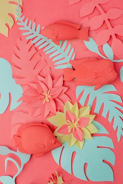 Living coral konzept. fischspielzeug eingestellt und origami papercraft blumen Premium Fotos