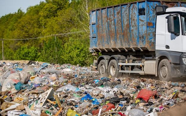 Lkw, der müll und abfall vom haushalt auf die deponie liefert, ökologiekonzept Premium Fotos